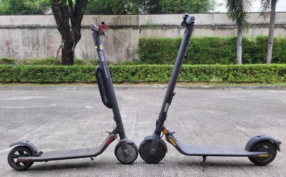 (ซ้าย) Ninebot Kickscooter ES4 หันหน้าชนกับ (ขวา) Ninebot Kickscooter E25 อยู่