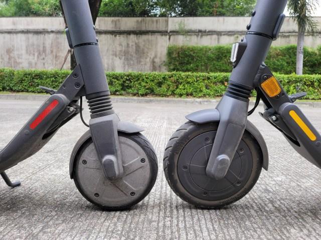 (ซ้าย) ล้อหน้าของ Ninebot Kickscooter ES2 (ขวา) ล้อหน้าของ Ninebot Kickscooter E25