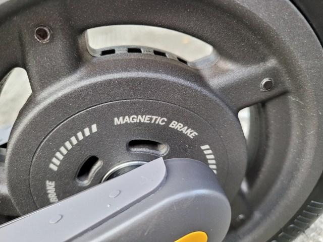 ภาพระยะใกล้ของล้อหลังของ Ninebot Kickscooter E25 แสดงให้เห็นคำว่า Magnetic brake