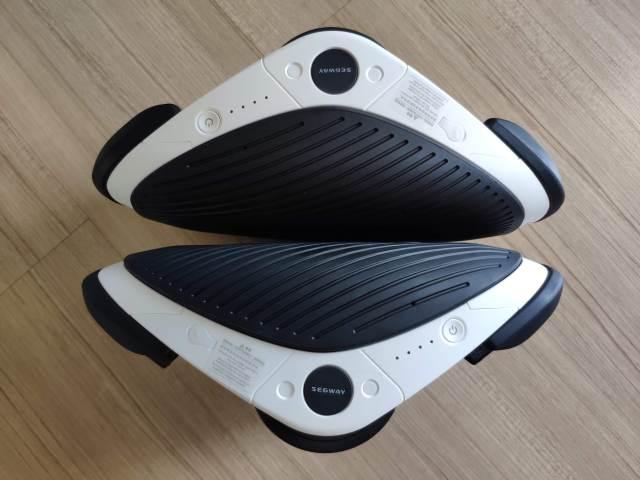 สเก็ตไฟฟ้า Segway Drift W1 ทั้งสองข้าง หันด้านที่มีสวิตช์เปิดปิด และไฟ LED แสดงระดับแบตเตอรี่เข้าหากล้อง