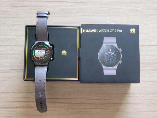 สมาร์ทวอทช์ Huawei Watch GT 2 Pro วางอยู่บนกล่อง