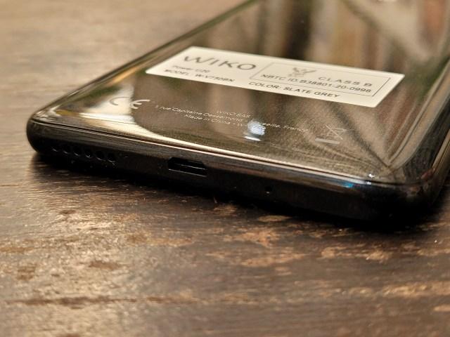 ด้านล่างของ Wiko Power U20 เป็นช่องลำโพง พอร์ต Micro USB และ รูไมโครโฟน