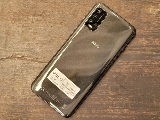 ด้านหลังของสมาร์ทโฟน Wiko Power U20 มีกล้องหลัง 3 ตัวเรียงในแนวตั้ง เป็นสีดำ แต่มันวาว