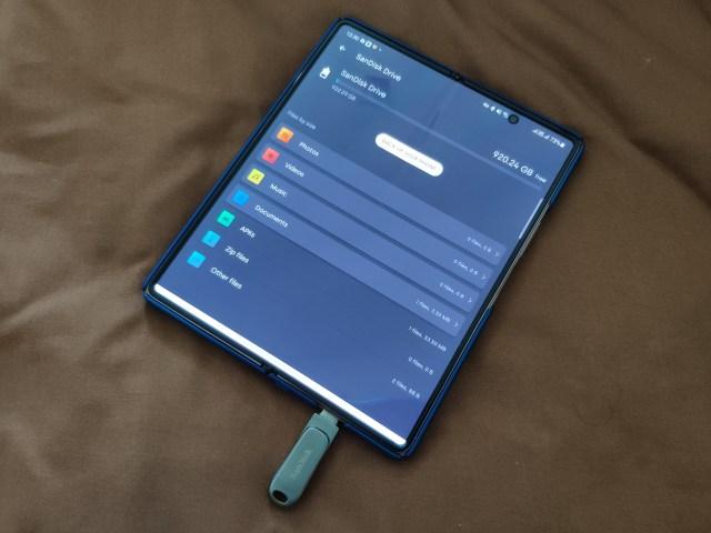หน้าจอแอป SanDisk Memory Zone เปิดบนสมาร์ทโฟน Samsung Galaxy Z Fold 2 แสดงข้อมูลที่มีอยู่ในแฟลชไดร์ฟ SanDisk Ultra Dual Drive Luxe 1TB