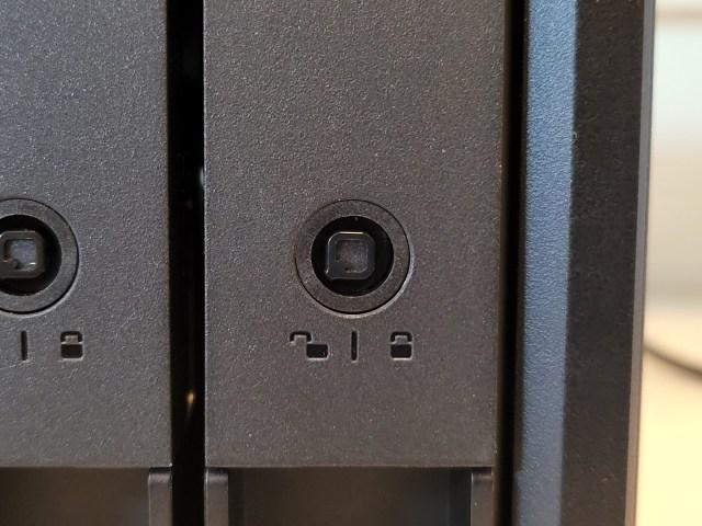 ภาพระยะใกล้ แสดงให้เห็นลักษณะของรูกุญแจของถาดฮาร์ดดิสก์ของ QNAP TS-451D2 ที่เป็นรูปตัว Q โลโก้ของ QNAP แบบกลับด้าน