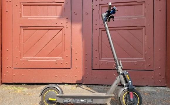 สกู๊ตเตอร์ไฟฟ้า Ninebot Kickscooter MAX จอดอยู่หน้าประตูพระบรมมหาราชวังด้านหนึ่ง