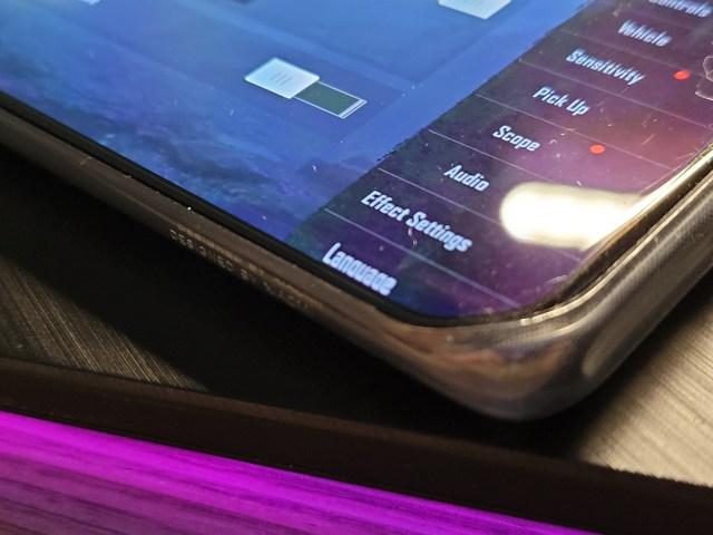 ภาพที่อยู่ตรงขอบจอด้านที่โค้งของสมาร์ทโฟน Xiaomi Mi 11 5G จะมีลักษณะโค้งตามจอภาพลงไปเล็กน้อย