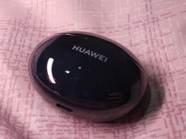 กล่องใส่หูฟัง Huawei FreeBuds 4i เป็นทรงรี สีดำ มันวาว มีชื่อยี่ห้อ Huawei สกรีนไว้อยู่