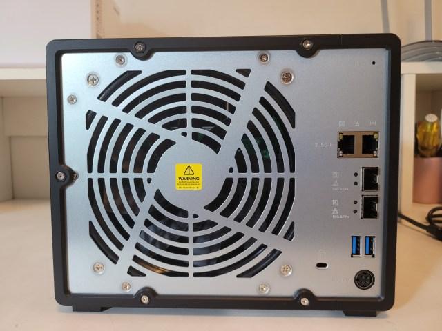 ด้านหลังของ NAS QNAP TS-932PX-4G เห็นพัดลมระบายอากาศ และพอร์ตเชื่อมต่อต่างๆ