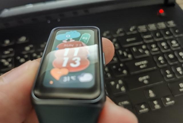 ภาพระยะใกล้ของหน้าจอแสดงผลของ Huawei Band 6 แสดงให้เห็นถึงขอบหน้าจอสีดำ