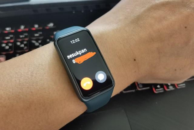 สมาร์ทแบนด์ Huawei Band 6 หน้ากำลังแสดงข้อมูลว่ามีคนโทรเข้ามา