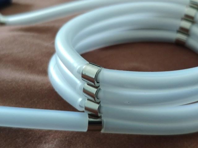 ภาพระยะใกล้ของสายชาร์จ Gizmo GU-035 USB-C แสดงให้เห็นถึงสายชาร์จที่ม้วนติดกันอยู่ด้วยตัวแม่เหล็ก