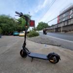 สกู๊ตเตอร์ไฟฟ้า Ninebot Kickscooter F20A จอดอยู่ริมถนน
