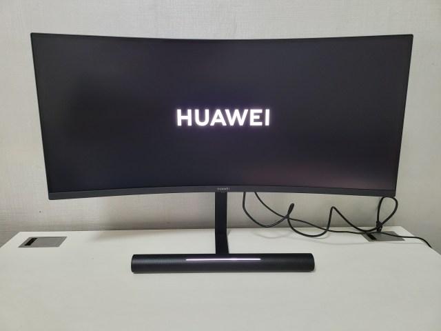 จอ Huawei MateView GT กำลังเปิดใช้งาน แสดงโลโก้ Huawei อยู่