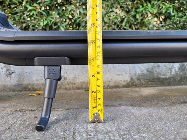 วัดความสูงจากพื้นถึงท้องสกู๊ตเตอร์ Ninebot Kickscooter F20A ได้ 9 เซ็นติเมตร