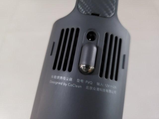 ด้านใต้ของตัวเครื่องดูดฝุ่น CoClean cleanfly-FVQ เป็นหลอดไฟ LED และที่เสียบสายชาร์จ DC