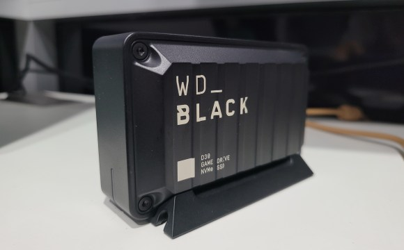 WD_BLACK D30 กำลังวางอยู่บนฐาน
