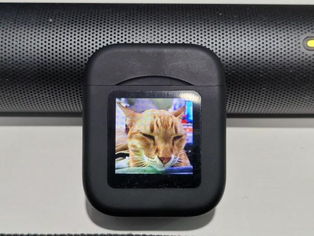 กล่องใส่หูฟัง Amorus NR-550 TWS หน้าจอแสดงผลแสดงรูปแมวส้มกำลังหลับตา
