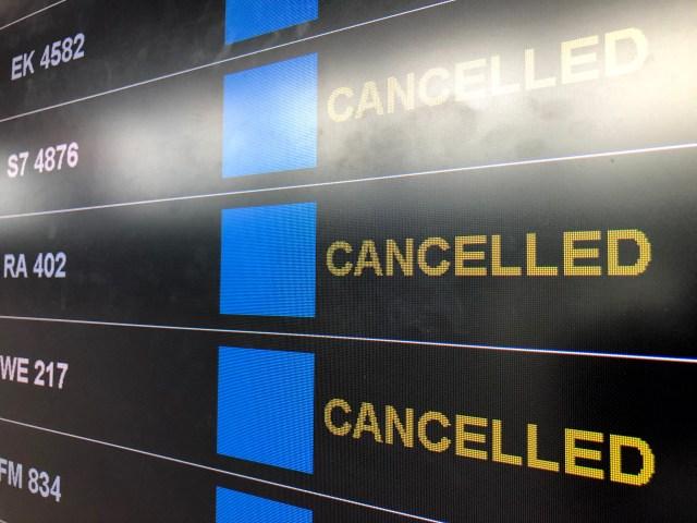 ภาพหน้าจอแสดงเที่ยวบินต่างๆ ที่ถูกยกเลิกเพราะการแพร่ระบาดของโรคโควิด-19