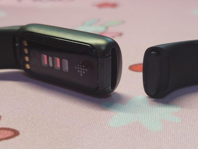Fitbit Luxe สีดำ ด้านหลัง ที่สายด้านหนึงถูกถอดออกมาแล้ว