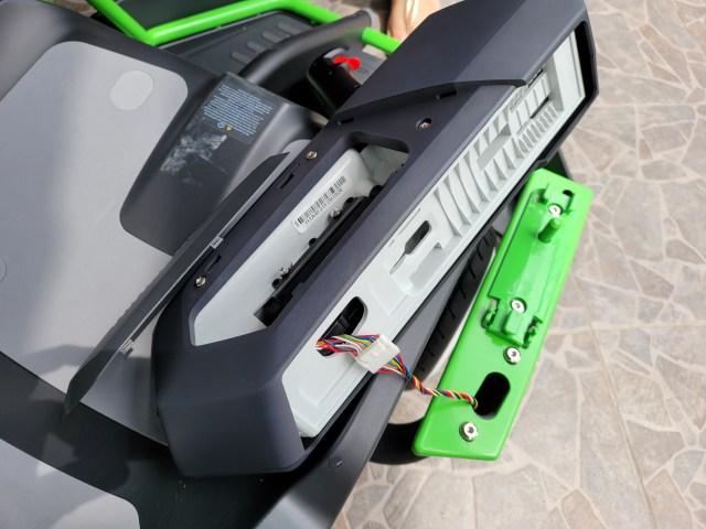 ประกอบที่วางแขนพร้อมปืนกระสุนเจลและจอยสติ๊ก แล้วเชื่อมต่อสายไฟควบคุม