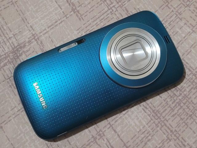 ด้านหลังของ Samsung Galaxy K Zoom สีฟ้า