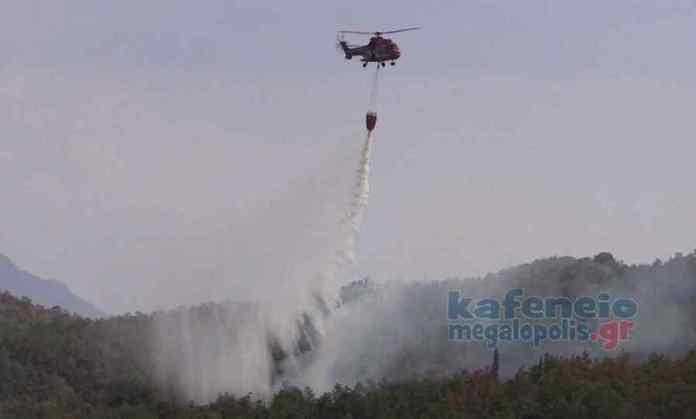 Ρίψεις νερού από ελικόπτερα σε αναζωπυρώσεις στην Μεγαλόπολη (video)