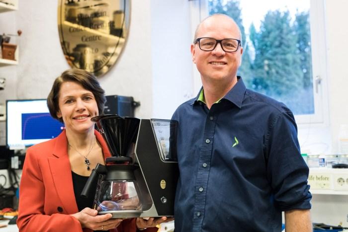 Bilde av mann og kvinne som holder en kaffetrakter