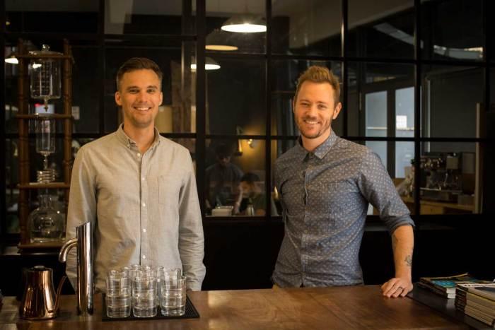 Bilde av to menn fra et kaffebrenneri