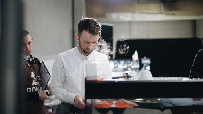 Bilde av norgesmester i klassisk barista, Adrian Berg