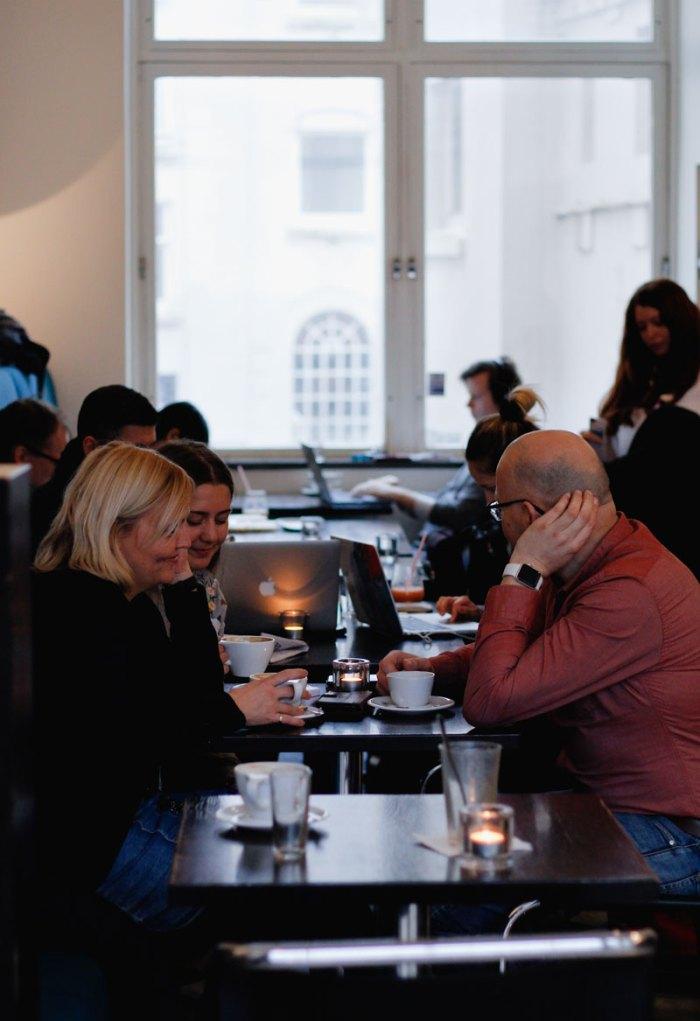 Bilde av folk på kaffebar