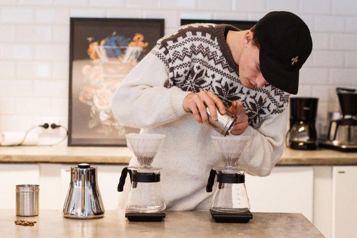 Bilde av ung mann som brygger kaffe på Hario V60