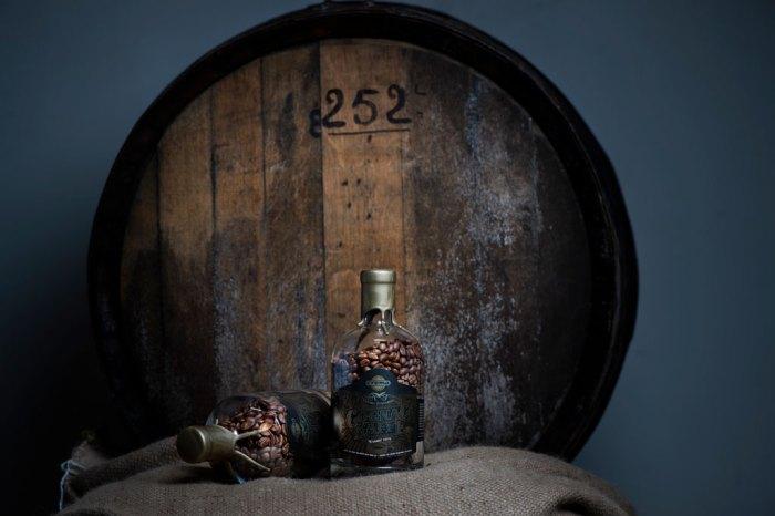 Bilde av cognacflaske og eikefat
