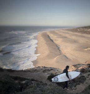 Surfer vor einer Klippe