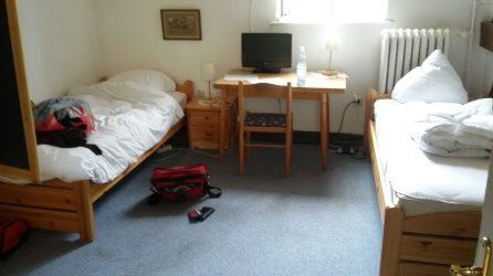 Und unser Zimmer, mit meiner berüchtigten roten Tasche.