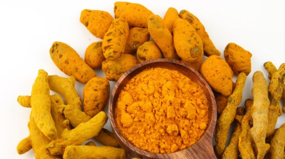 Turmeric in root and powder form. Source: outramedicina.com