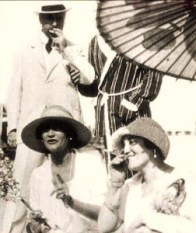 Coco (left) & Misia (right) in the 1910s. Source: theredlist.com