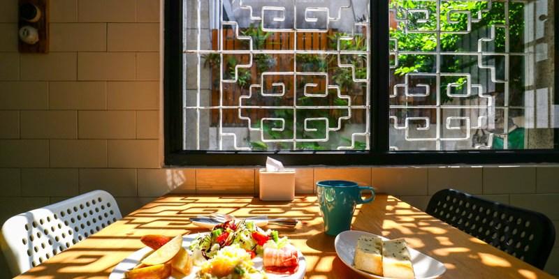 【高雄背包客棧】同居 新崛江的巷弄老時光美味早餐等你