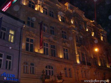 Die Arbeiter-Unfallversicherungsanstalt bei Nacht (heute Hotel und Café)