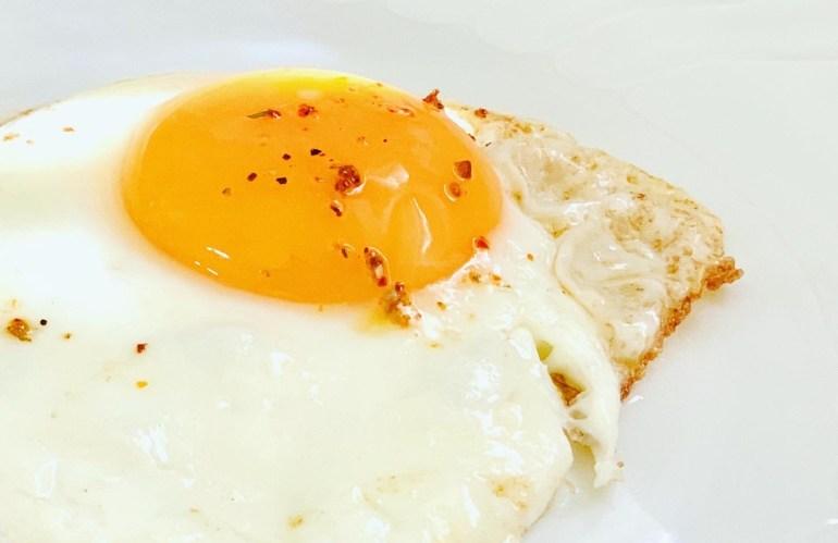 いつもの目玉焼きが最高の朝食に──《 バーミキュラ フライパン 》