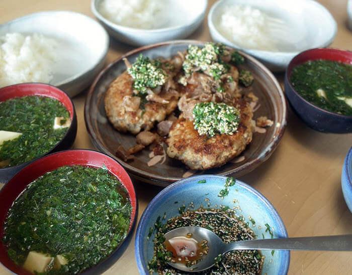 鶏肉ハンバーグとモロヘイヤのスープ