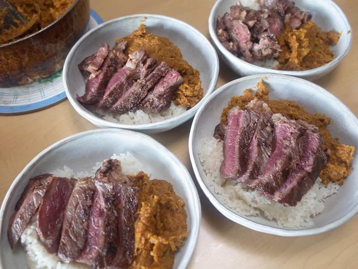 牛ステーキ肉のせカレー