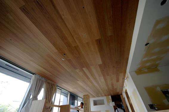 ウォールナット張りの天井