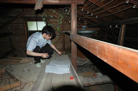 屋根裏調査