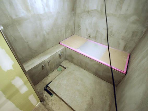 床・天井のモルタル仕上げ 浴室