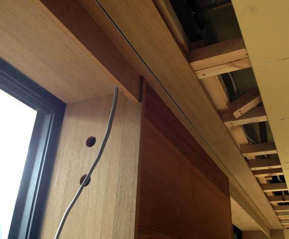 窓際チーク造作枠と引き戸ガイドレール詳細