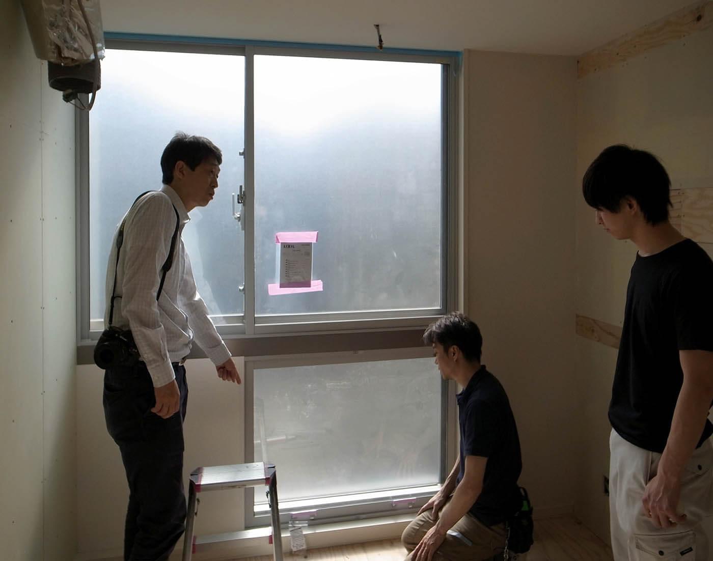 窓際キッチンの二重サッシ取り付け