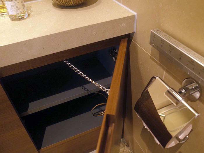 トイレキャビネットの扉開閉制限取り付け