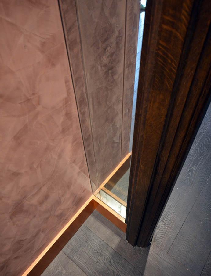 二重の防音ガラスと左官仕上げの壁の取り合い