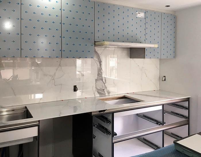 キッチン大理石柄大判タイル天板設置